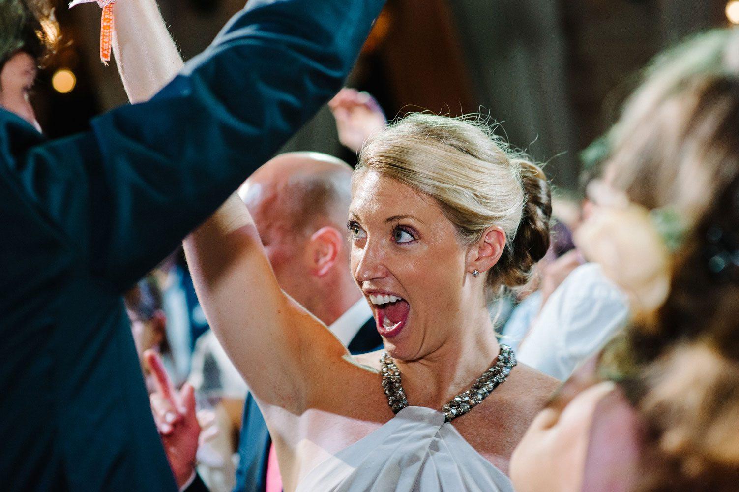 wedding guest sings at weddings