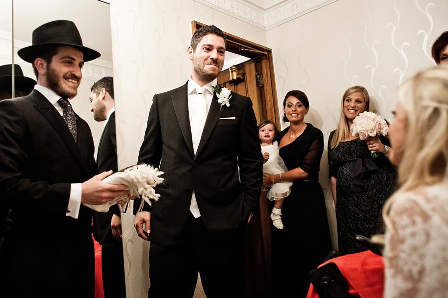 bride greets groom london synagogue